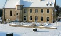 Manoir et cour enneigée - Baronnie sous la neige
