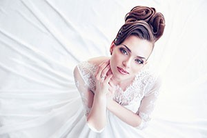Femme en robe de mariée blanche